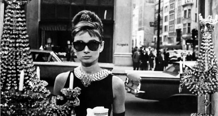 estilismo-de-desayuno-con-diamantes-vestido-negro-2
